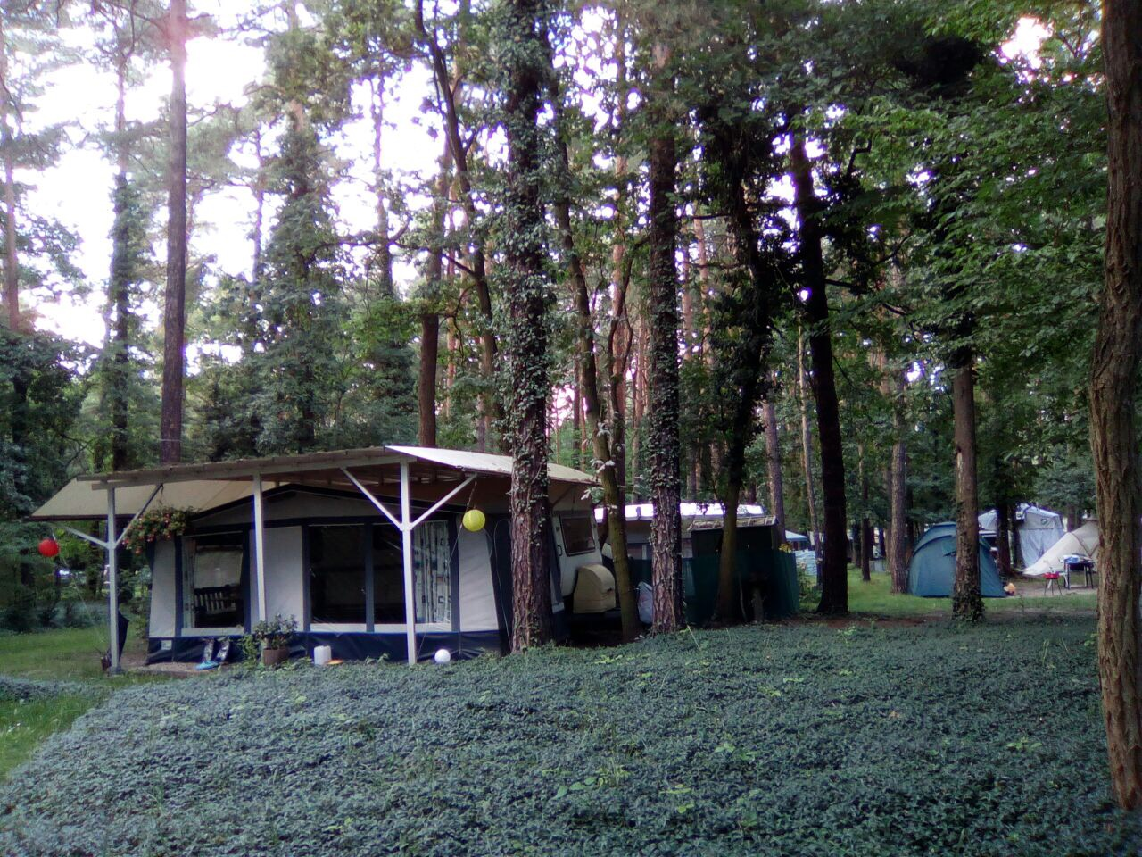 Dauercamper_Zelte_Natur_Campingplatz